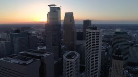 W centrum Minneapolis - widok z lotu ptaka przy zmierzchem zdjęcie wideo