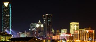 W centrum Oklahoma miasto przy nocą Obrazy Royalty Free