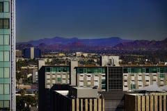 W centrum Phoenix linia horyzontu z górami fotografia royalty free