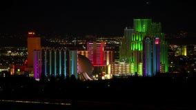 W centrum Reno Nevada miasta linia horyzontu przy Nighttime upływem zbiory