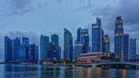 W centrum Singapur błękita godzina zdjęcia royalty free