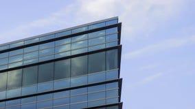 W centrum szklany budynku biurowego kąt odbija dramatyczne chmury popołudnie 4K UHD Timelapse zdjęcie wideo