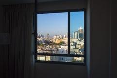 W centrum Tel Aviv linii horyzontu pejzaż miejski przez okno Fotografia Stock