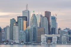 W centrum Toronto linia horyzontu i Pieniężni Gromadzcy drapacze chmur Fotografia Royalty Free