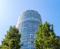 W CENTRUM VANCOUVER, BC, KANADA, CZERWIEC - 30, 2015: Częstokołu budynek mieszkaniowy między dwa drzewami w W centrum Vancouver zdjęcie stock
