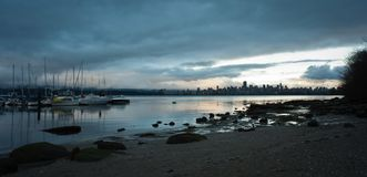W centrum Vancouver od Jerychońskiej plaży, półmrok zdjęcie royalty free