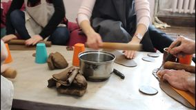 W ceramicznym warsztacie, ludzie przygotowywają garncarstwo Wręcza zbliżenie, lekki tło Handwork pojęcie zbiory