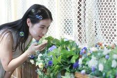 Wącha kwiaty Zdjęcia Royalty Free
