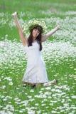 W chamomile wianku atrakcyjna brunetka Fotografia Royalty Free
