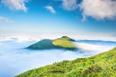 W Chmurach zielona Góra Fotografia Stock
