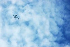 W Chmurnym niebieskim niebie lotniczy samolot Obrazy Royalty Free