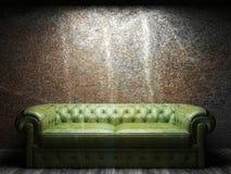 W ciemnym pokoju rzemienna kanapa Zdjęcia Stock
