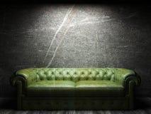 W ciemnym pokoju rzemienna kanapa Zdjęcie Stock