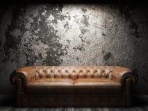 W ciemnym pokoju rzemienna kanapa Obrazy Stock