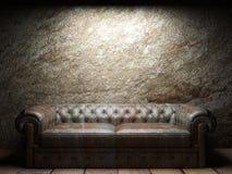 W ciemnym pokoju rzemienna kanapa Fotografia Stock