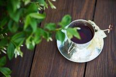 W cisza koktajlu na drewnianym stołowym tle zdjęcia royalty free