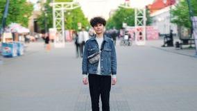 W czasu upływie atrakcyjny dziewczyna modniś stoi samotnie w ruchliwej ulicie zbiory