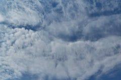 W czystym niebieskim niebie, chmury pierzastej obdarte chmury Zdjęcia Stock