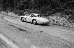 ‰ W 198 1954 de MERCEDES-BENZ 300 SL COUPÃ en un coche de competición viejo en la reunión Mille Miglia 2017 la raza histórica ita Imagen de archivo libre de regalías