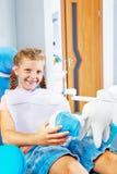 W dentysty krześle uśmiechnięty dzieciak Fotografia Royalty Free
