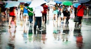 W deszczu miast ruchliwie ludzie Zdjęcia Stock