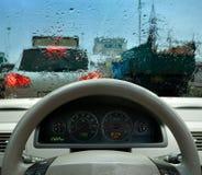 W deszczu ruch drogowy dżem obraz stock
