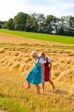 W Dirndl dwa dziewczyny zdjęcie royalty free