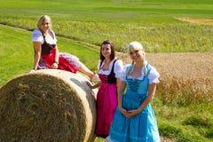 W Dirndl trzy dziewczyny Fotografia Royalty Free