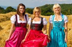 W Dirndl trzy dziewczyny Zdjęcie Royalty Free
