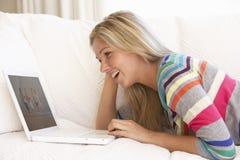 w domu laptopa do młodych kobiet Obrazy Stock