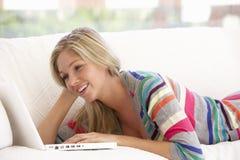 w domu laptopa do młodych kobiet Fotografia Stock