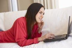 w domu laptopa do młodych kobiet Obrazy Royalty Free