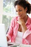 w domu laptopa do młodych kobiet Zdjęcie Royalty Free