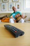 w domu oglądając tv Obraz Royalty Free