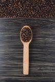 W drewnianej łyżce kawowe fasole Obrazy Stock