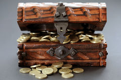 W drewnianej klatce piersiowej funtowe monety Fotografia Royalty Free