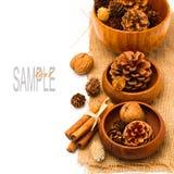 W drewnianych pucharach bożenarodzeniowe sosnowe kukurydzane dekoracje Fotografia Royalty Free