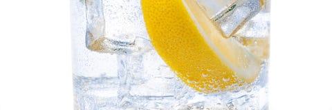 W dzbanku jest napój lód lobules świeża soczysta żółta cytryna i kryształ, - jasna woda zdjęcie royalty free