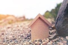 W formie domu drewniana postać Zdjęcia Royalty Free