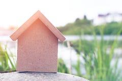 W formie domu drewniana postać Zdjęcia Stock