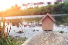 W formie domu drewniana postać Fotografia Royalty Free