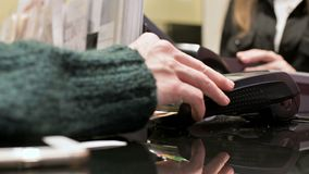 W górę śmiertelnie czytnik kart dla karty kredytowej zapłaty Kobiety ręka wchodzić do wałkowego kod na płatniczy śmiertelnie w sk zbiory wideo