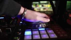 W górę dj bawić się partyjną muzykę na nowożytnym cd usb graczu w dyskoteka klubie zbiory wideo