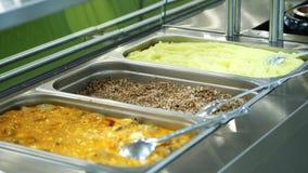 W górę, gablota wystawowa jaźni usługi restauracja z różnorodność naczyniami, gryczana owsianka, puree ziemniaczane, warzywo zdjęcie wideo