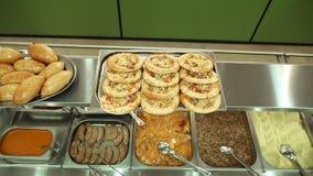 W górę, gablota wystawowa jaźni usługi restauracja z różnorodność naczyniami, gryczana owsianka, puree ziemniaczane, warzywo zbiory