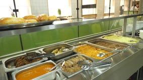 W górę, gablota wystawowa jaźni usługi restauracja z różnorodność naczyniami, gryczana owsianka, puree ziemniaczane, warzywo zbiory wideo