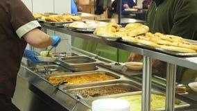 W górę, gablota wystawowa z naczyniami w nowożytnej jaźni usługi bakłaszce, bufet, bałagan sala, fabryczni pracownicy ma lunch we zbiory