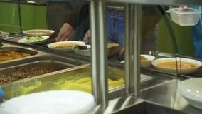 W górę, gablota wystawowa z naczyniami w nowożytnej jaźni usługi bakłaszce, bufet, bałagan sala, fabryczni pracownicy ma lunch we zdjęcie wideo