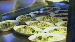 W górę, gablota wystawowa z sałatkami w nowożytnej bakłaszce, bufet, jadalnia resturant, restauracja jawny catering zbiory
