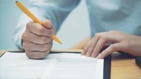 W górę kobiet ręk, sprawdzać dokument Kierować twój swój małego biznes Wniosek kontrakt i swój zdjęcie wideo